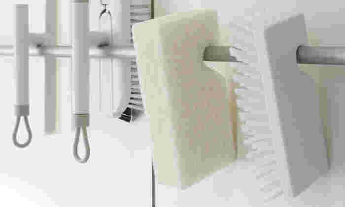 面倒なお風呂掃除、ハードルを下げるためにもお掃除道具はお風呂場に置いておきたい。だから置いておいてもオシャレなお掃除道具を選んでみよう。スッキリと並べて管理すれば、ごちゃつき感もなさそう。