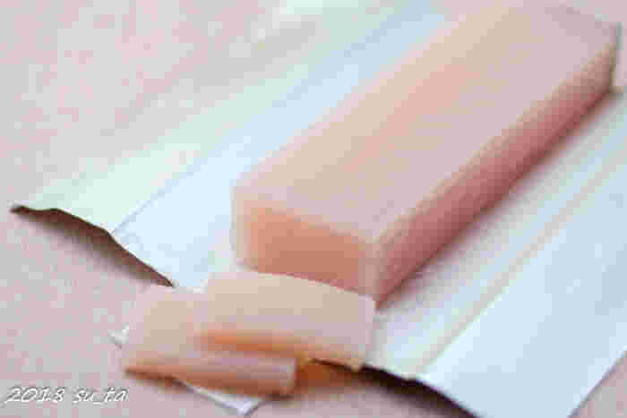 名古屋のデパートにも出店している老舗和菓子店「美濃忠 本店」。葛を使用して作られた羊羹『初かつを』は、初かつおのようなきれいなピンク色をし、繊細な縞模様が愛らしいですね。もちっとして、歯触りなめらかな食感と、品の良い甘さがたまりません。