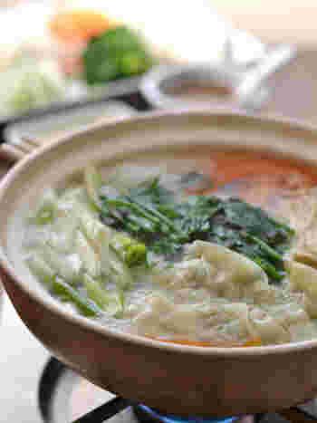 餅入りの餃子をメイン具材にした中華風のお鍋。野菜にほうれん草をたっぷり入れるのがおすすめです。最後にごまだれを回しかけて召し上がれ。