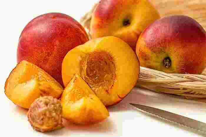 桃は、割れ目に沿って、クルッと一周包丁で切れ目を入れると、簡単に二つに割ることが出来ます。切れ目を入れたら、アボガドと同じ要領で、桃を両手で包むように持って、ひねります。