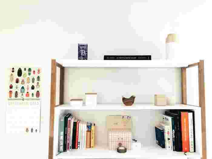 小さなお部屋のスペースを有効活用するには、カウンター上の、壁空間を上手に使うこと。棚(シェルフ)とカウンターをうまく組み合わせて自分だけのスペースに。ちょこっと置きはもちろん、食事も勉強もできるオールマイティなスペースになります。