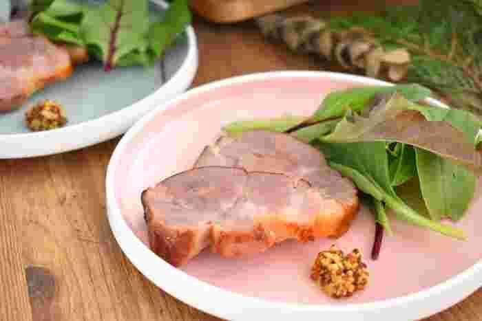 ウッドチップの代わりに紅茶の茶葉を使ったスモーク豚のレシピです。ほんのり香る紅茶の香りがホームパーティーを華やかに演出してくれそう。一緒にチーズやソーセージなどもスモークしてもよさそうです。お酒のおつまみにも。