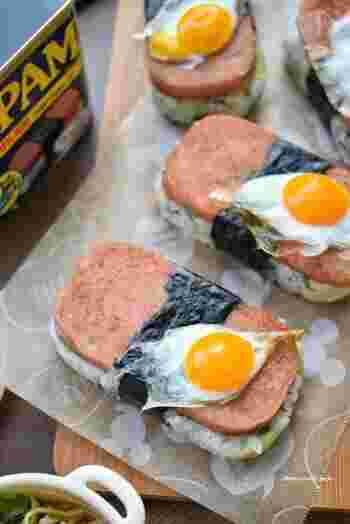 沢庵+青じそ+白ごまのご飯に、めんつゆとわさびで仕上げた甘辛のスパムをのせて、仕上げにうずらの卵で作る目玉焼きをトッピング。すべて相性バッチリで美味しいうえに、プチ目玉焼きの見た目もキュートなスパムむすびは、持ち寄りパーティーにも使えそう♪
