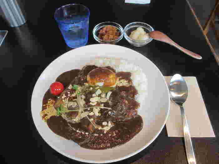ビーフ、野菜、卵が乗ったスペシャルカレーはじっくり煮込まれた欧風カレー。ゴロゴロお肉が食べ応え満点な上、カレーの辛さと生クリームのまろやかさがとっても良いバランスです。長谷寺や大仏散策に合わせて足を運びたいお店です。