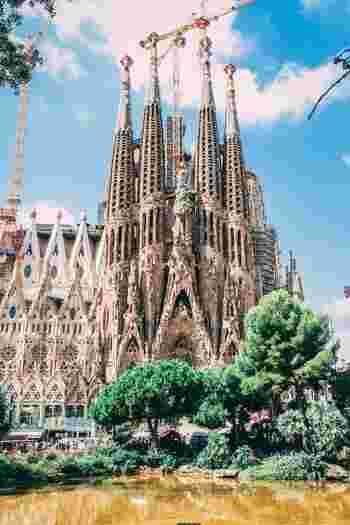 名称:Basílica de la Sagrada Família 住所:Carrer de Mallorca, 401, 08013 Barcelona  入場料(一般):17ユーロ(14時~) ※オーディオガイド付きは25ユーロ ※塔へのエレベータ+オーディオガイド付きは32ユーロ (2019年11月 現在)  営業時間: 11月~2月:9:00~18:00 4月~9月:9:00~20:00 3月~10月:9:00~19:00 12月25日、12月26日、1月1日、1月6日は9:00~14:00  ※営業時間は変更になる場合があるので事前に公式サイトにてご確認ください。