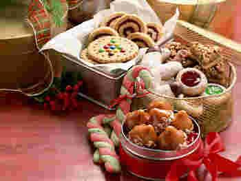 色々な種類のクッキーを作って、ブリキの缶やカゴを使って素敵に盛り付けてみてはいかがでしょう!クリスマスは演出の仕方を考えるのも楽しいひとときに☆