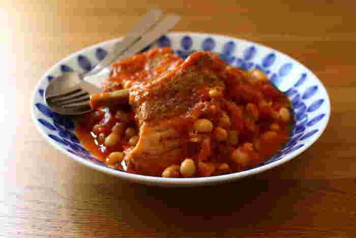 豚スペアリブをトマト缶、お豆と一緒にじっくりと煮込んで作るトマト煮。煮込んだあとにお鍋ごと冷蔵庫で冷やすことで、脂が固まり取り除きやすくなります。柔らかいお肉に仕上がるので、子供も食べやすいレシピです。