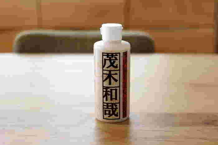 茂木和哉は温泉施設でも採用されている、水垢除去に特化したクレンザーとして定評があります。 アルカリ性クレンザーが多いなか、茂木和哉のクレンザーは弱酸性。 研磨剤は金属より柔らかいものが採用されていて、傷つきにくくなっています。  ※他の薬剤・洗浄剤とはまぜないに注意してください。