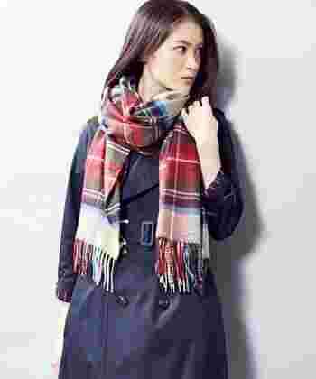 HESSIAN DRESS STEWART  メンズライクなトレンチコートも、やさしいカラーのストールを巻くことで女性らしさをプラスして。