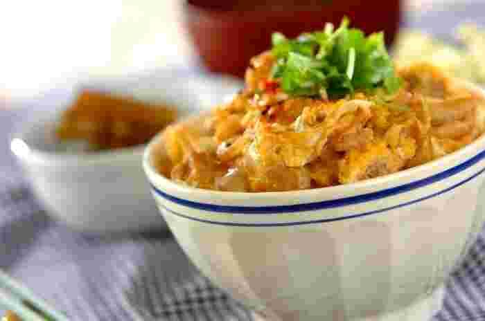 煮物と異なり、さっと仕上げる丼物はだしの分量を半分に。 親子丼以外にもカツ丼・牛丼などマルチに使えます。