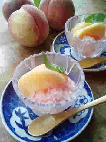 ●桃のグラニテ  桃をたくさんいただいたときはコンポートにするのがおすすめ。桃の皮の赤い部分を一緒に煮るとシロップがキレイなピンク色になって見た目も◎。