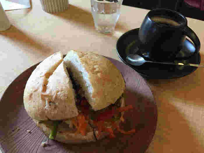 野菜たっぷりのハンバーガー。地産地消でできる限り近隣で採れた野菜を使用しているそうです。 イートインカフェもあり、自然栽培のコーヒーなどもいただけます。