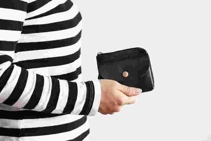 片手に収まりの良いコンパクトなお財布です。毎日使いの他、ちょっとしたお出かけ先のサブのお財布にも良さそう。