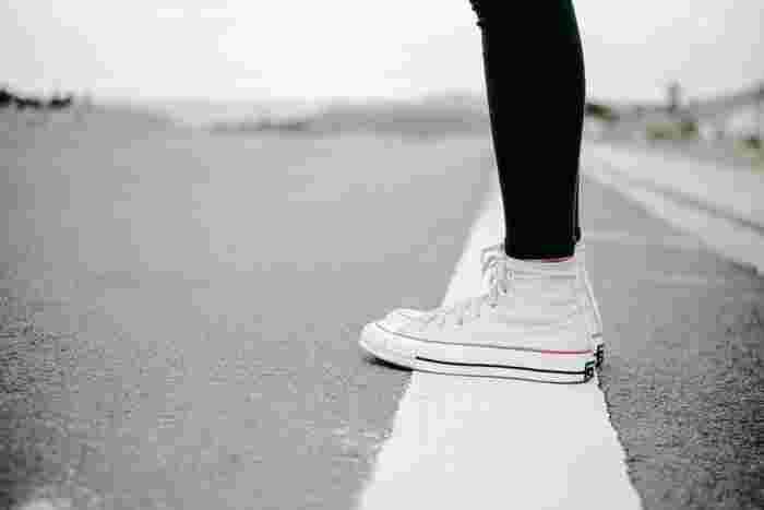 ハイカットのスニーカーと言えば、思い浮かぶのがコンバースと言う人も多いのではないでしょうか。足首までスッキリと立ち上がって、適度に存在感のあるハイカットのスニーカーは、コーディネートに変化を添えてくれます。
