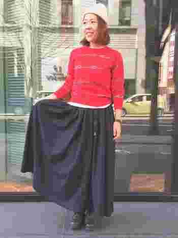 人気のチノロングスカートとビビッドな赤いトップスト合わせたカジュアルコーデ。ロング丈スカートは、ボリューム感のある革靴と合わせて、バランス&品よくまとめるのがポイントです◎