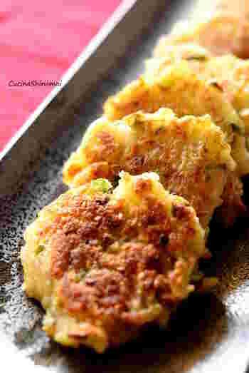 大根おろしを使ったレシピをもうひとつ。外はカリカリで香ばしく、中はモチモチの食感が楽しめる大根餅です。中に入れる具はネギやツナのほか、干しえびも合います。酢醤油に豆板醤を添えれば、ピリ辛のおつまみとしてもおすすめ◎。