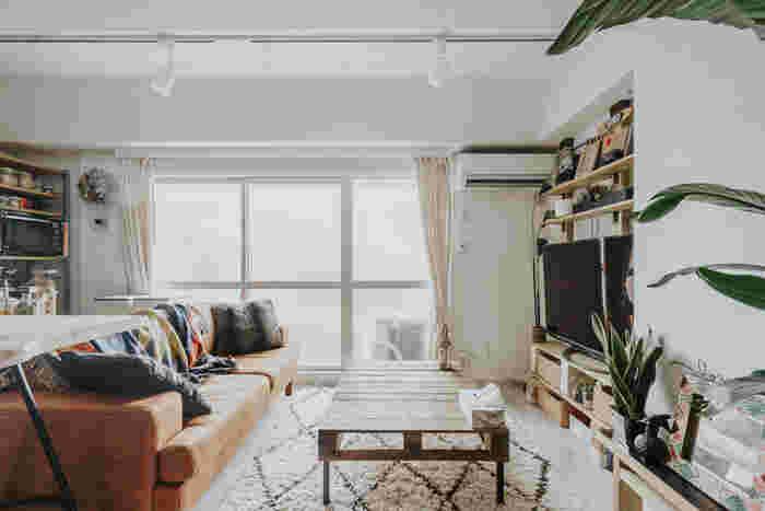 天井にライティングレールがあるお部屋なら、照明を設置する自由度も高まります。リビングスペースの照明にはシンプルなスポットライトを使い、必要最小限にすることで実用性をキープしつつ、ダイニングスペースの照明の個性も引き立たせています。