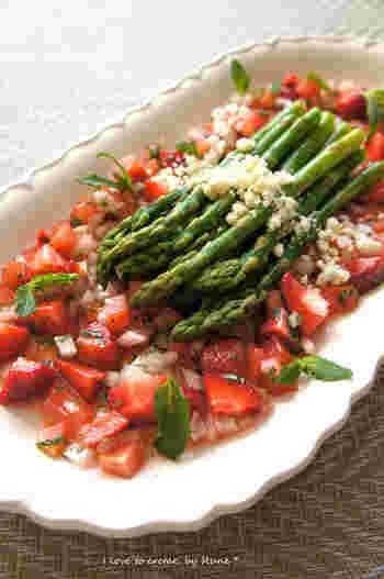 イチゴとアスパラで春を思いっきり満喫♪さらにトマト・レモン・ミントで爽やかさをプラス。食感も良く彩りも美しいレシピです。