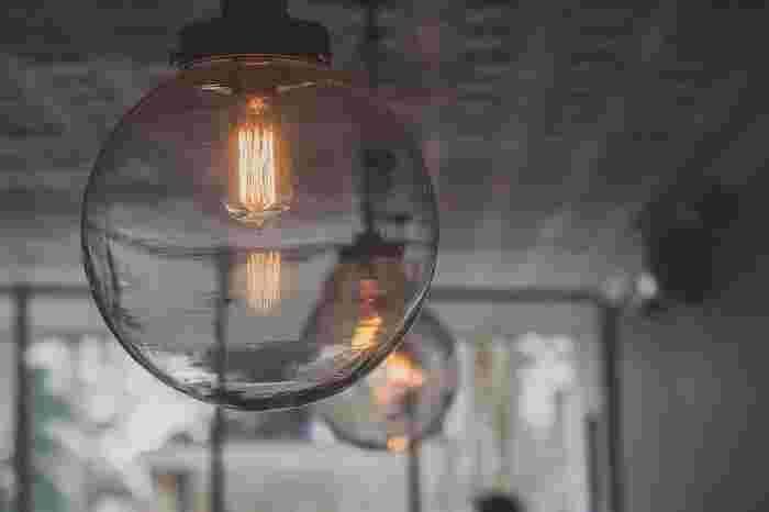 現在使用している照明の電球を変えるだけでも、雰囲気は変化します。光の量や色のほか、電気代にも気を配って選んでみましょう。新しく照明器具を購入するときは、「どんなお部屋に使うのか」「お部屋のどこに配置するのか」を考慮しつつ、デザインにもこだわりたいですね。