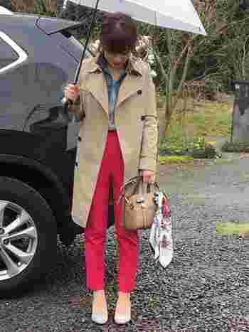 プチプラブランドでおなじみ・GUのピンクカラーパンツを使ったコーディネートです。デニムジャケットにトレンチコートを合わせて、カジュアルフレンチな大人女子コーデにまとめています。