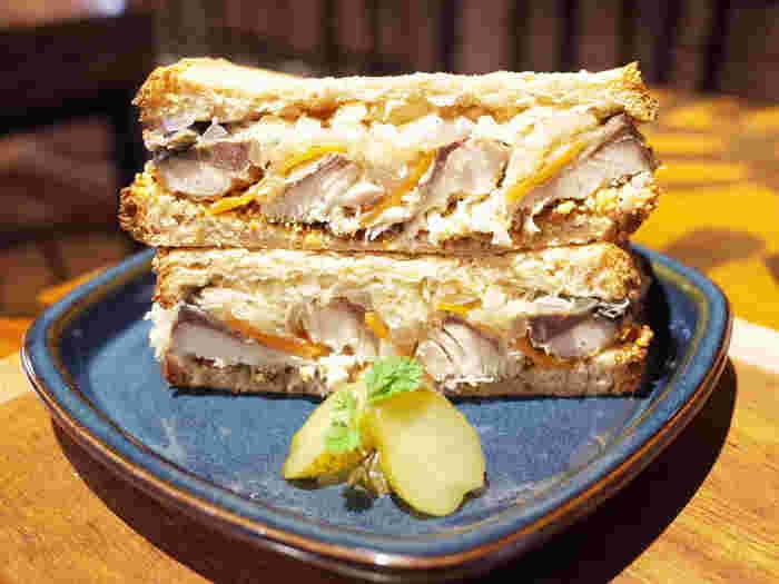 茨城県日立市出身のシェフがプロデュースするお料理も、ぜひ食べてみたいですね。1番人気の「常陸さばサンド」は、茨城県産の肉厚な鯖をオリジナルビネガーでマリネしています。ボリュームがあるのにさっぱりしていて、ビールのお供にぴったり。
