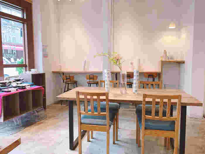三軒茶屋銀座商店街にある「EVERYDAY MEALS(エブリデイミールズ)」は、明るく開放的な空間が魅力のお店。ベトナム料理で人気のサンドイッチ「バインミー」が評判のカフェです。