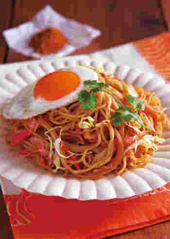 いつもの焼きそばにガラムマサラを加えれば、インド風の焼きそばに大変身!目玉焼きやパクチーを乗せて、エスニックな雰囲気を演出しましょう。屋台で食べているような気分を味わえそうですね。