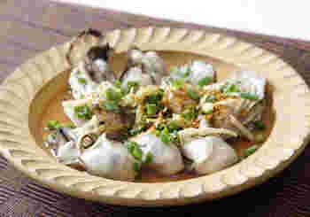 牡蠣も、ほかの貝と同じく、酒蒸しでおいしくいただけます。ふっくら蒸し上げたら、さっぱりしたねぎぽん酢しょうゆをたっぷりかけて。シンプルながら、何度も食べたくなる味。さまざまな薬味が合わさって、素材のうまみを引き立てます。