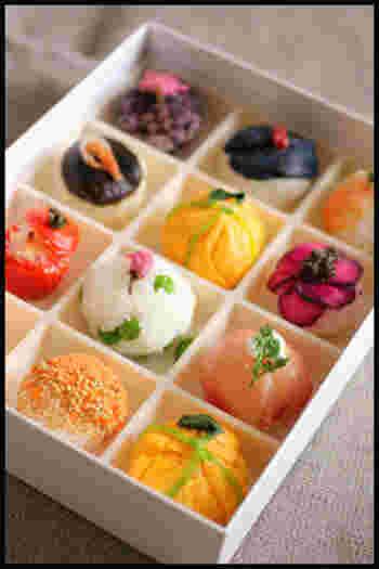 お花見弁当の定番、てまり寿司は彩り重視で揃えましょう。 俵型もいいですが、まあるい可愛らしさが大人の心をつかみます。  サーモン、卵、れんこん、エビ、生ハム、いくらなど具は様々。 木の芽、かいわれ、さやいんげんなどで彩りを添えることをお忘れなく。