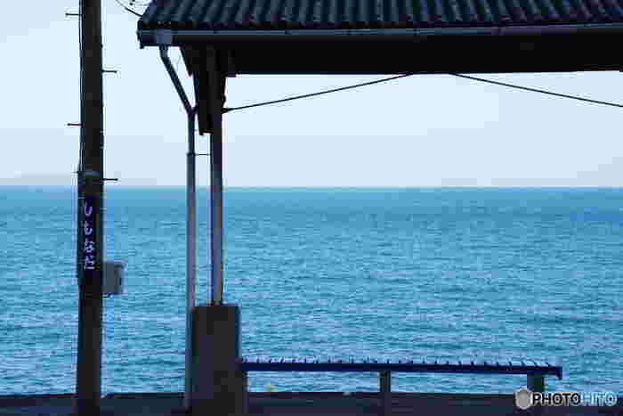 愛媛県を走る予讃線の駅の一つ「下灘」。小さな無人駅ですが、ホームの目の前に瀬戸内海が広がる絶景の地として有名です。