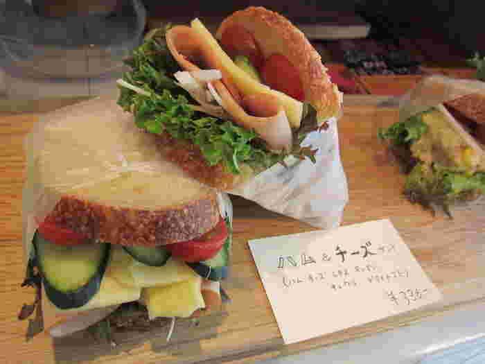 たっぷりの野菜とハム、チーズのサンドイッチもピクニックにぴったり。外でも食べやすい形にラッピングされているので、そのままテイクアウトしてみませんか?シンプルな中に深い味わいを感じられるパンは、また訪れたくなること間違いなしです。