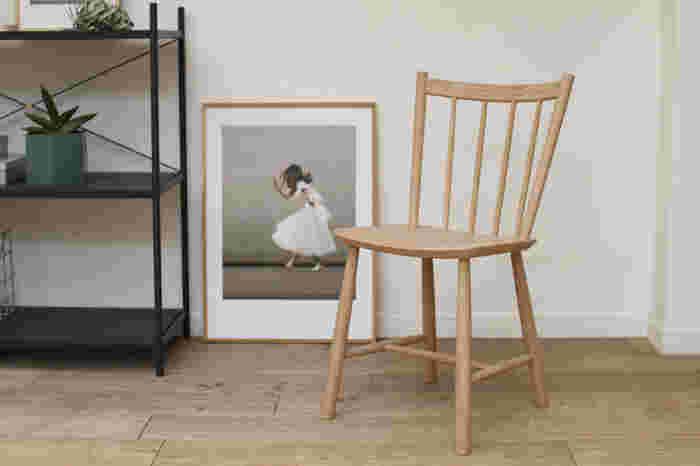 1940年代にデザインされたデンマークの名作チェアの復刻版。もともと「庶民の為の家具を造ってほしい」という要望から生まれたものなので、実用性の高さは折り紙付き。ちょこんと置いた姿も絵になります。