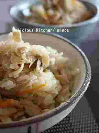 舞茸やしめじ、ちくわと根菜類をたっぷり使い、塩麹と醤油で味付けするシンプルな炊き込みご飯。まろやかで旨味たっぷりの美味しさは、何度もリピートしたくなっちゃいます!