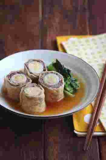 うずらの卵と牛肉を油揚げでくるりと巻いただけの簡単レシピです。じゅわっとお出汁のうまみを味わえる、しっかり食べたい方におすすめの一品です。