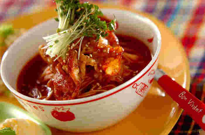 暑さが和らぐと食欲が戻ってくる人も多いはず。そんな時は、そうめんもボリュームアップしてみましょう!真っ赤なトマトスープは、トマトジュースと焼肉のタレだけで作る簡単レシピ。焼肉をたっぷり乗せていただきます。