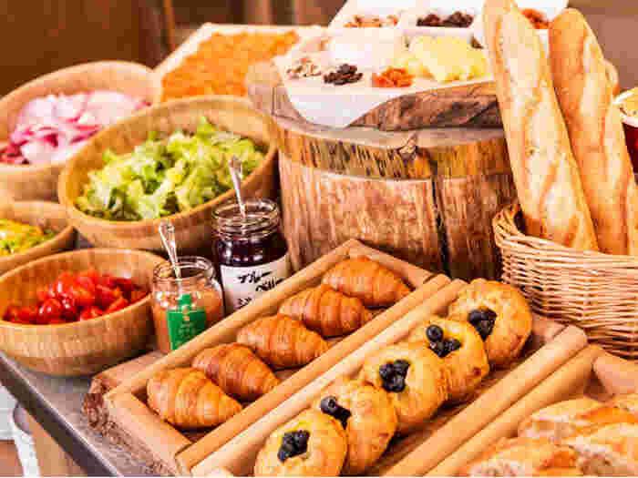 長野の豊かな食材を使った食事も人気です。特にビュッフェスタイルの朝食はフレッシュな野菜や焼きたてのパン、和洋折衷のお料理が並びクオリティが高いです。ラウンジでも軽食が楽しめます。美味しいものを食べながらグルメなおこもりにおすすめです。