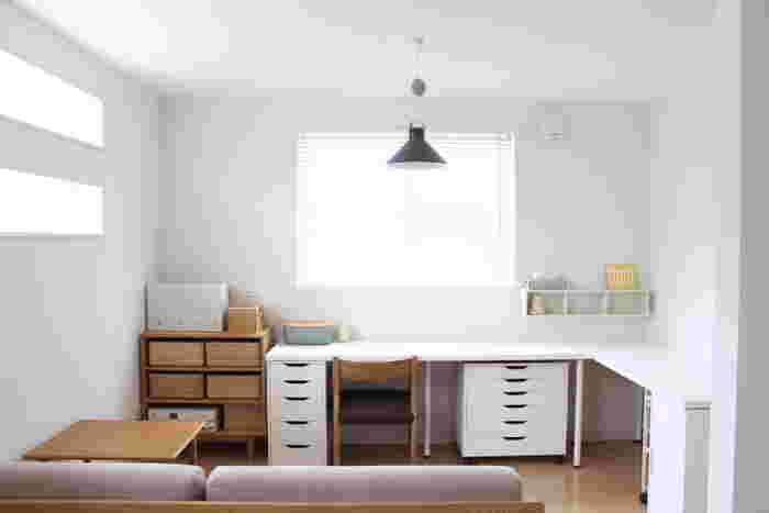 ワークスペースのアイデアをご紹介しました。ひと部屋を書斎として使うことが難しい場合でも、リビングの一角や小さなスペースで自分らしいワークスペースは叶います。居心地が良いと思えるワークスペースのかたちは人それぞれ。ぜひあなたらしい空間をつくってみてください。