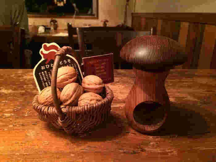 テーブルの上に置かれている殻付きのクルミは、くるみ割り器を使って自由に食べられます。