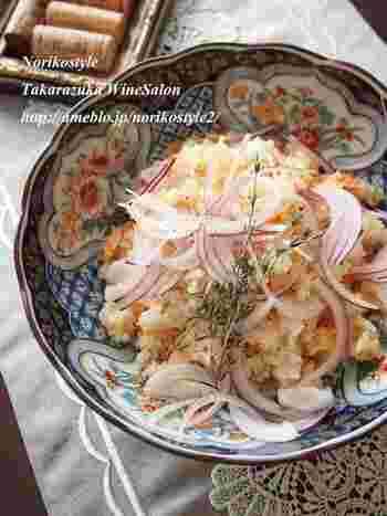 【鮭とドライトマトの炊き込みご飯】 紅鮭とドライトマトを使った炊き込みご飯。仕上げにギュッとレモンを絞れば、さっぱり食べられますよ。