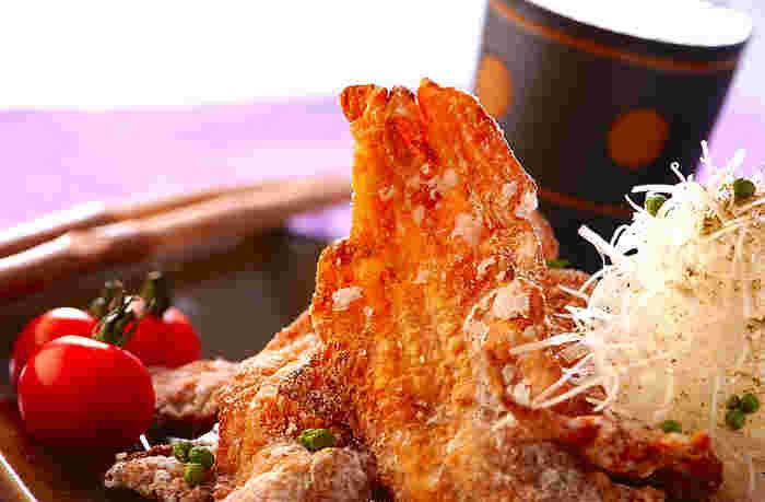 しっかり下味を付けた豚の薄切り肉に片栗粉を付けて、丸めずにそのまま広げて揚げたレシピ。鶏肉では作れない豚肉ならではのサクッとした食感が楽しいです。