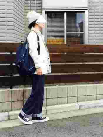 真っ白のライトジャケットは冬を連想させるアイテムですね。主役のリュックもよく映えます。アクティブに冬を意識したコーデで季節を先取りしませんか?