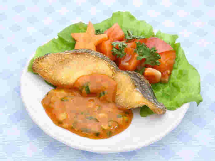 タルタルソースとコチュジャンを合わせた、辛くてまろやかな「コチュタルソース」が美味しいホキの唐揚げです。「ホキ」とはオーストラリアやニュージーランド原産の白身魚で、日本ではのり弁のフライやフィッシュバーガーによく使用されています。淡泊な味のホキはコクのあるコチュタルソースと相性抜群。ソースはホキの唐揚げのほかにも、焼き物に添えても美味しくいただけるそうですよ。