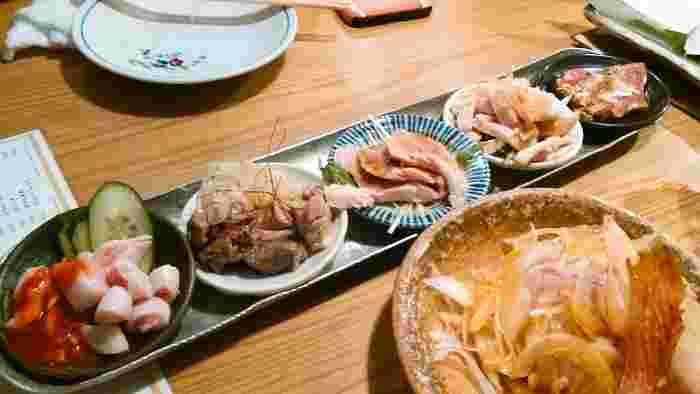 豚のとろ火刺盛り(5種)もお店のおすすめです。弾力のあるハツ(心臓)、旨味たっぷりのヒレ、コリコリした食感のコブクロ、柔らかく濃厚の味わいおたふく、豚ホルモンですが鯨に似た部位の5種が楽しめます。