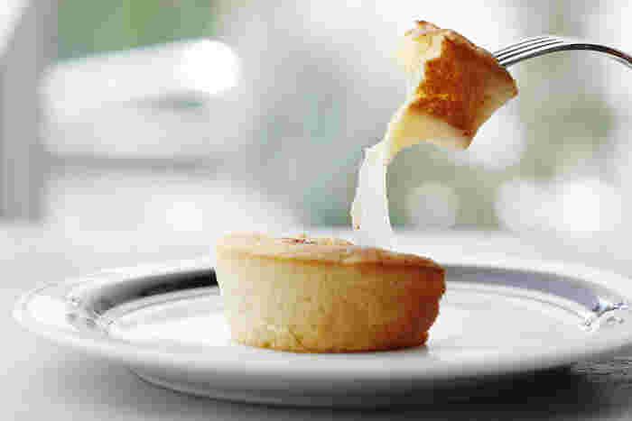 毎日手作りのフレッシュチーズを使った料理やスイーツなど、チーズ大好き!な方にうれしいカフェです。 のびるチーズケーキはチーズスタンドの人気メニューの1つ。