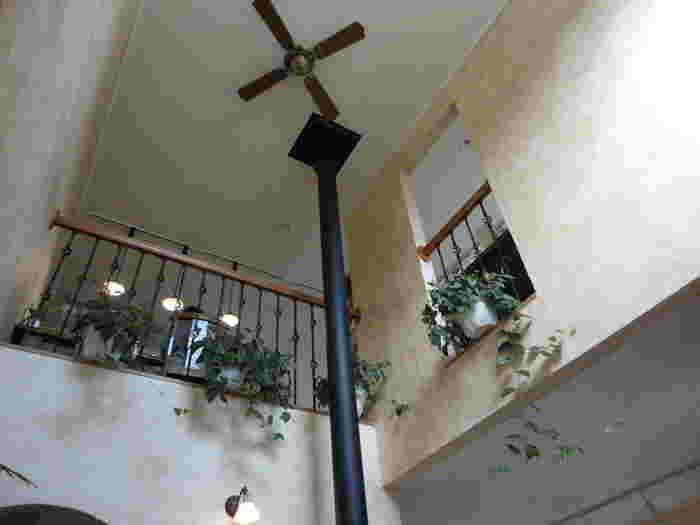 2階建ての店内は、天井が高く開放的な雰囲気。白い壁とグリーンが爽やかですね。
