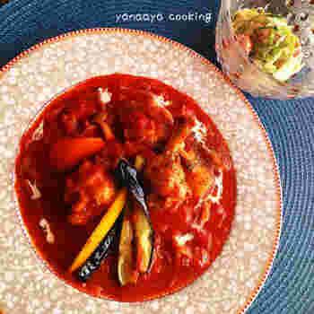 野菜やきのこもたっぷりの手羽元のトマト煮込み。トマトの水煮を使って、簡単に作れます。ひと皿でいろいろな栄養が摂れるのがいいですね。骨つき肉の手羽元は、いいだしが出るので、煮込み料理によく使われます。