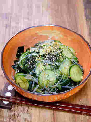 わかめときゅうりの春雨サラダは、副菜の定番ですね。つるっと口当たりもよく、お酢やごまなどの健康食材を取り入れることもできます。