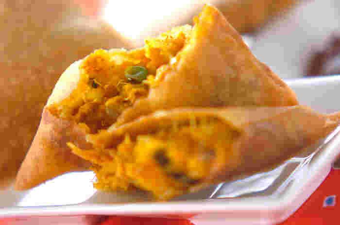 インド料理の定番のサモサはじゃがいもを使うのが一般的ですが、カボチャを使うとスパイシーでほんのり甘いサモサに変身します。春巻きの皮を使うので、皮部分のカリカリも楽しめますね。