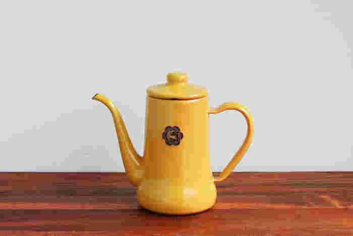 琺瑯ならではのツヤ感とスリムな形状が上品な月兎印のポット。鮮やかなカラーがレトロかわいい雰囲気で、表面はガラス質のためお湯を沸かすときも水の風味が変わらず、コーヒーや紅茶を美味しく淹れられるのが特徴です。