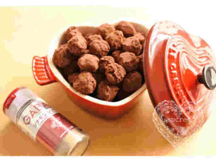ローストしたヘーゼルナッツの香ばしさとシナモンの風味がクセになるチョコレートスイーツです。ココットに入れておけば、食べたくなったらお口にポンッとできる手軽さも嬉しい一品ですね。